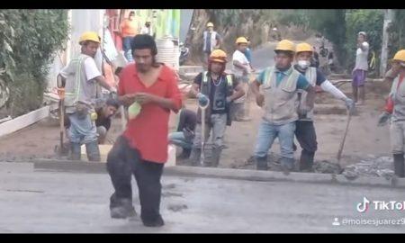 Hombre, camina, cemento, trabajadores, calle, video viral