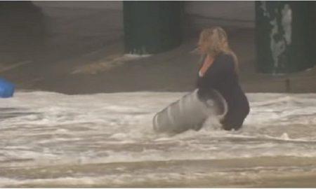 Mujer, rescata, barriles, cerveza, inundación