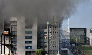 incendio, edificio, vacuna contra covid-19, Serum Institute, India